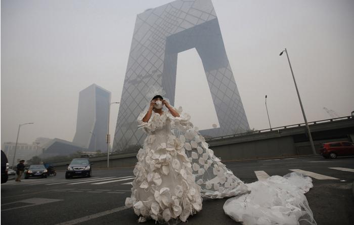 10-метровое платье, украшенное масками для лица.