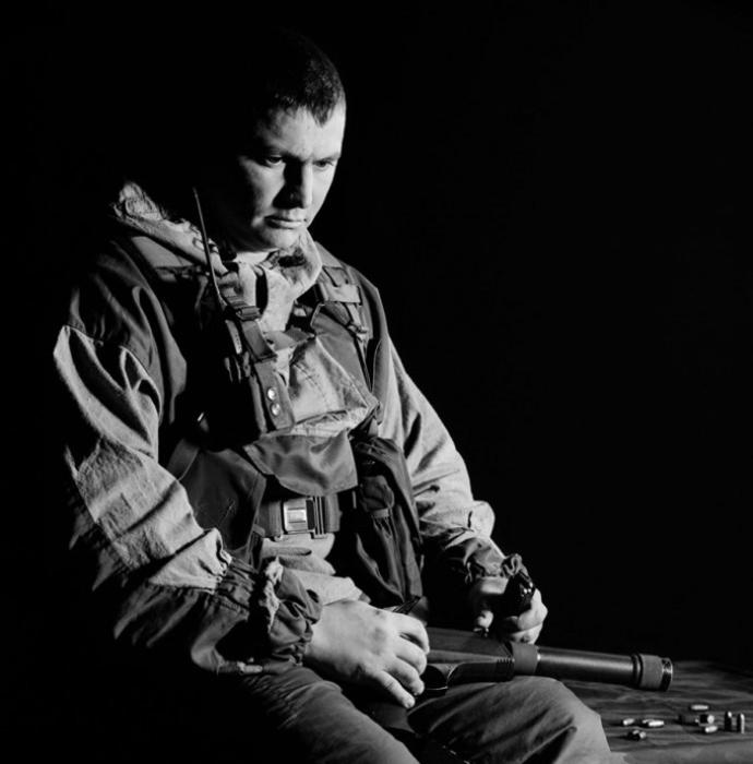 Майор Сергей Илларионов. Ветеран двух чеченских кампаний. В марте 2000г его подразделение было окружено и убито в поселении Комсомольское, Чечня. Илларионов, тогда еще сержант, вышел с другими солдатами для переговоров для того, чтобы забрать убитых и раненых товарищей.