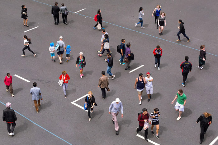 Люди, пересекающие улицу. Фото: Ben Zank Photography.