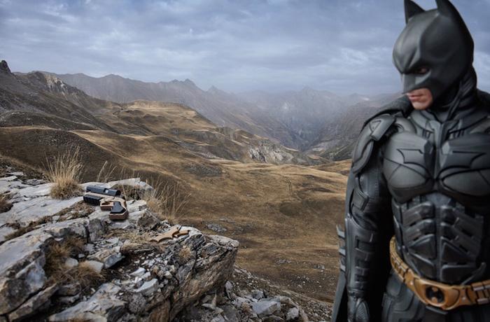Бэтмен  на вершине горы.