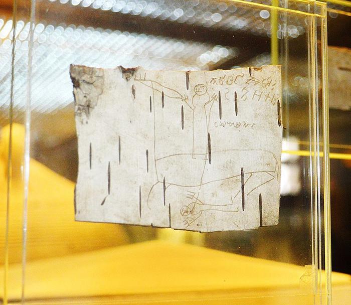 Береста Онфима под стеклом.