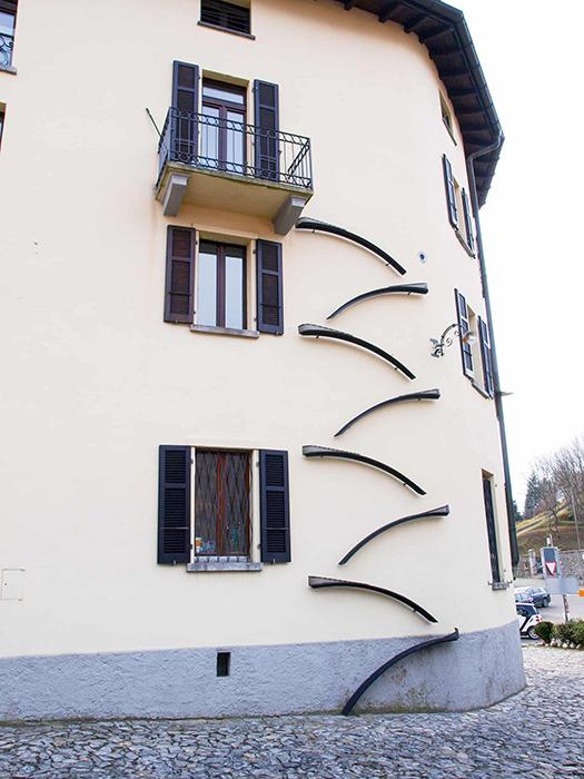 Элегантная лестница для кошек в Бре Лугано. Фото: Mauro Piccardi/Alamy.