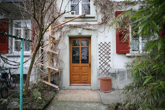 Тщательно спланированная лестница, ведущая на окно в кошачьей форточкой. Фото: Brigitte Schuster.