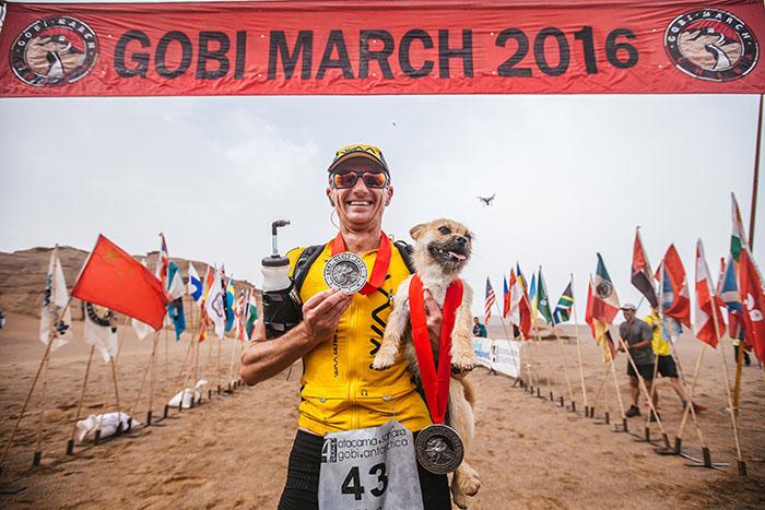 Шотландец Дион Леонард на финале забега через пустыню Гоби.
