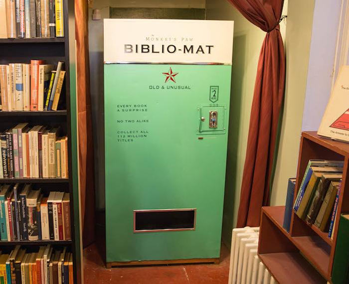 Книгомат ютится в уголке одного из книжных магазинов Канады.