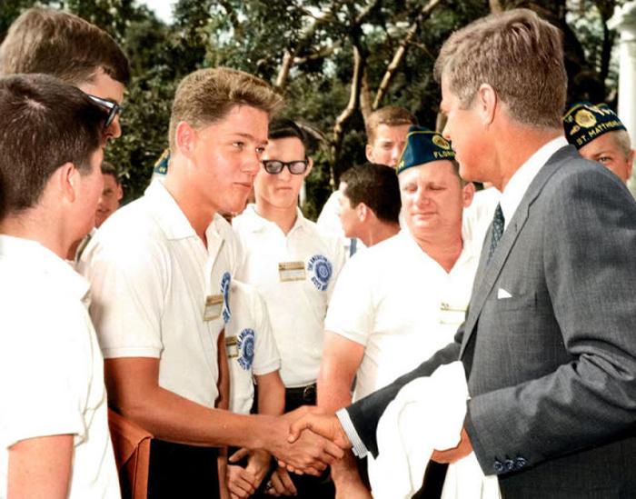 Билл Клинтон пожимает руку Президенту Кеннеди 4 июля 1963 года в саду около Белого Дома.