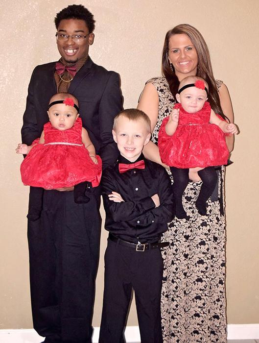 Мама и папа девочек также принадлежат к разным расам.