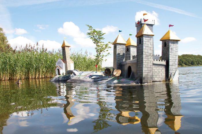 Замок для уток. В башнях сделаны *домики* для более мелких птиц.