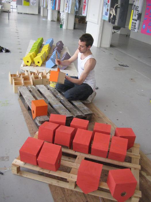 Томас Дамбо создает скворечники из выброшенных досок.