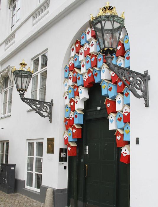 Скворечники, покрашенные в цвета флагов скандинавских стран.