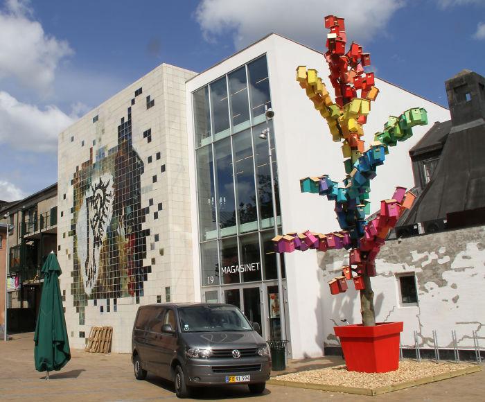 Цветные скворечники стали частью проекта  Happy City Birds.