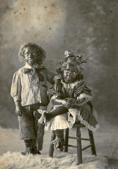 Дети в блэкфейс-гриме.
