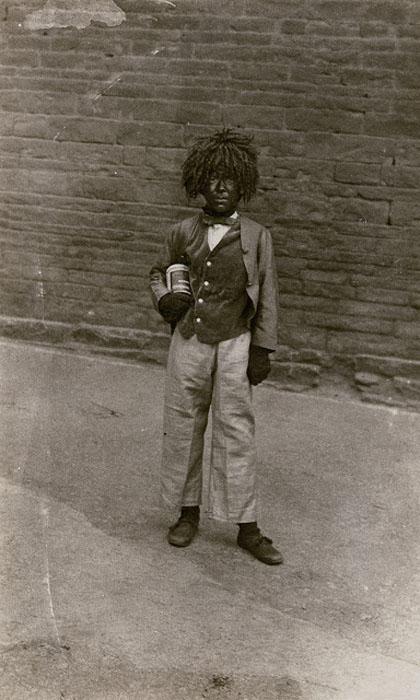 В образе: Кучерявый парик, черные перчатки и галстук-бабочка.