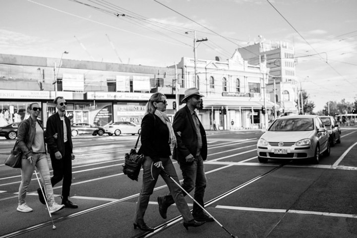 Стеф идет под руку со своим братом, а перед ними идут их родители, также держась за руки.  Фото: James Day.