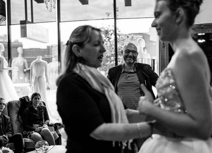 Мама ощупывает очередное платье, которое примеряет Стефани, в то время как папа улыбается, стоя в стороне.  Фото: James Day.