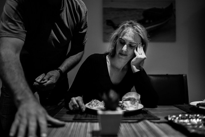 Роб накрывает стол на ужин дома, где они живут вместе со Стефани.  Фото: James Day.