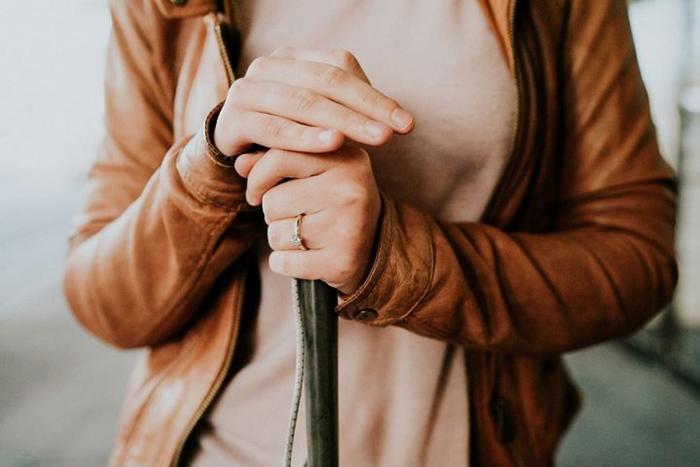 Руки Стеф, держащие трость крупным планом, так, что видно обручальное кольцо.  Фото: James Day.