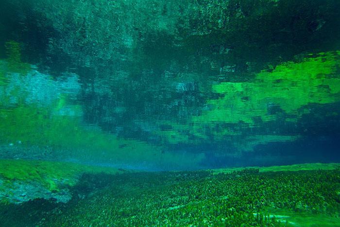 Кристально чистые воды горного озера.