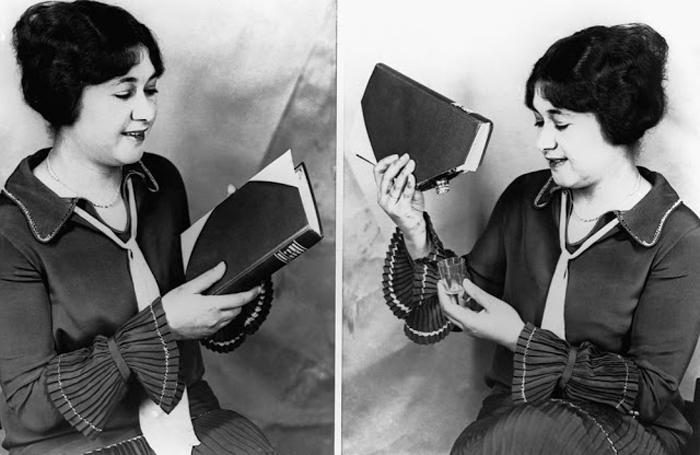 Женщина демонстрирует книгу, в которой спрятана фляга, 1927 г.