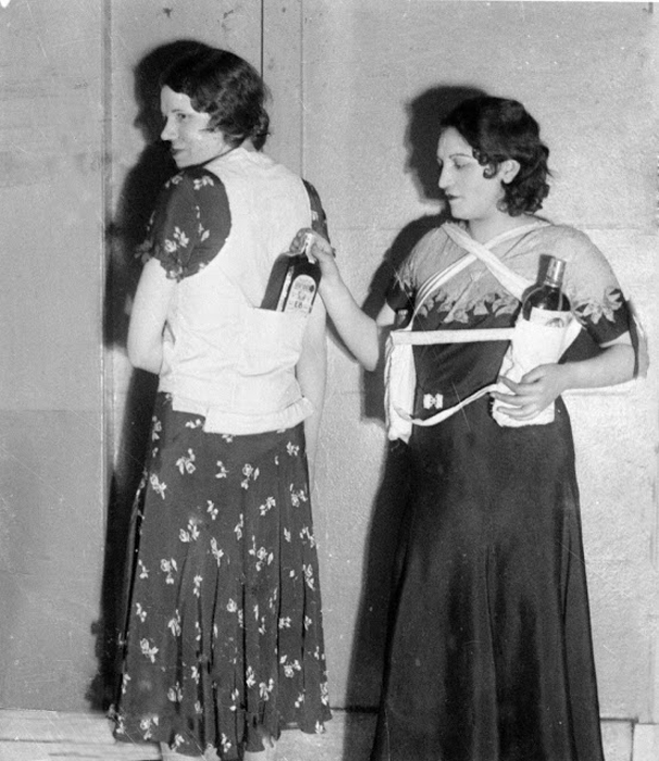 Эстелла Земон, слева, и женщина-модель показывают, как прятать бутылки с ромом и пройти мимо охранников во время сухого закона. 18 марта 1931 г. Фото: AP Photo.