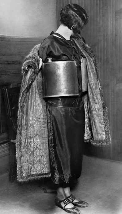 Арестованная женщина в Миннеаполисе 10 апреля 1924 г.