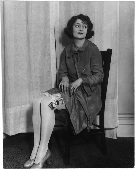 Женщина демонтрирует потайное место для пронесения фляги с алкоголем. ок.1920 гг.  Фото: Courtesy of John Binder Collection.