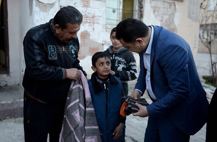 Мэр города поблагодарил мальчика за неравнодушие и подарил ему новый плед.