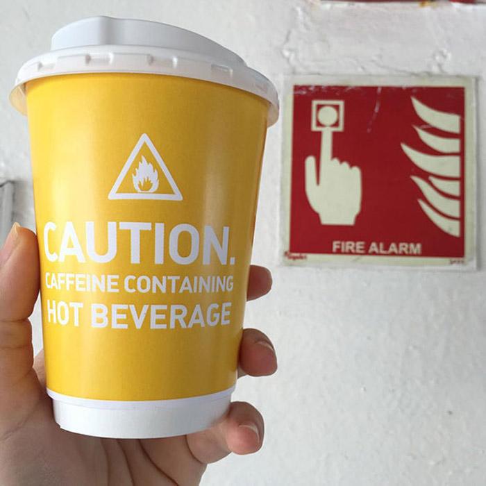 Стаканчики для кофе под цвет комбинезонов.