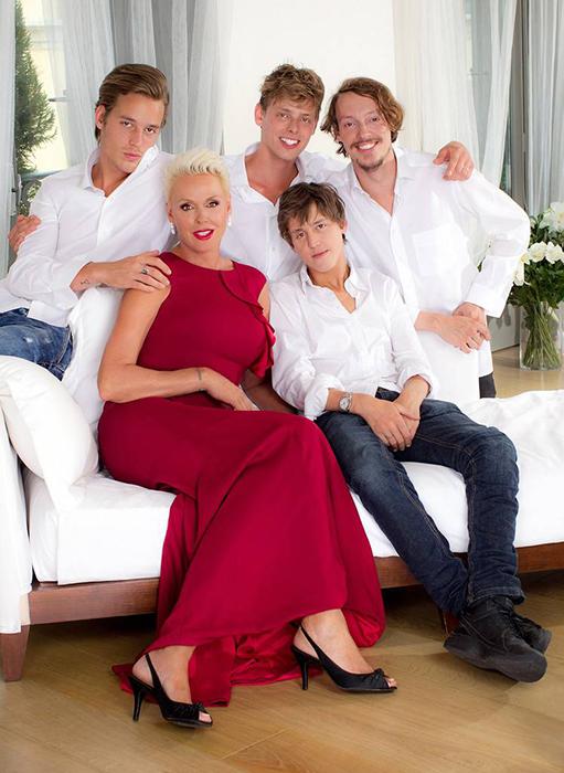 Бригитта Нильсен со своими сыновьями.