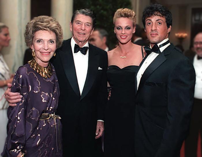 Сталлоне и Нильсен с президентом США, Рональдом Рейганом, и его супругой в 1985 году.