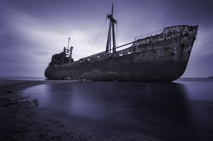 Старый корабль Semiramis у берегов Греции.