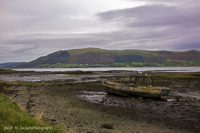 Брошенная лодка в Карлингфорде, Ирландия.