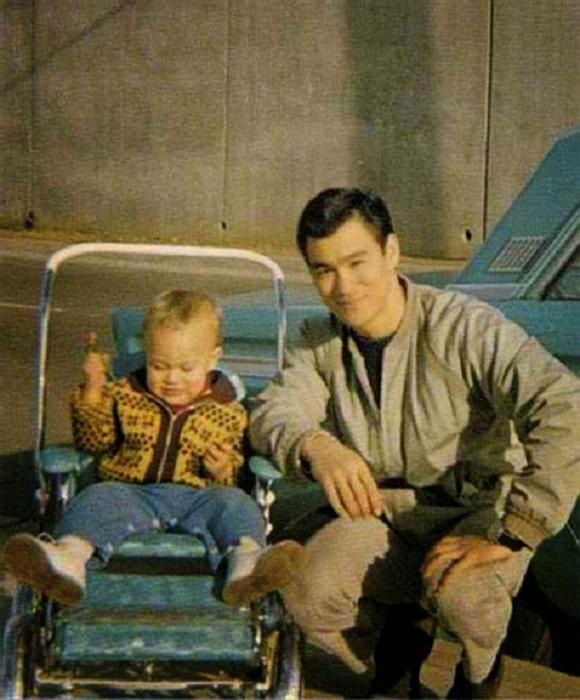 Брюс Ли и маленький Брэндон.