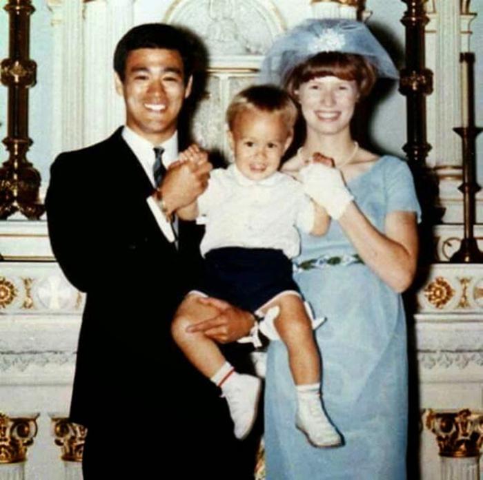 Цветные семейные фотографии Брюса Ли.