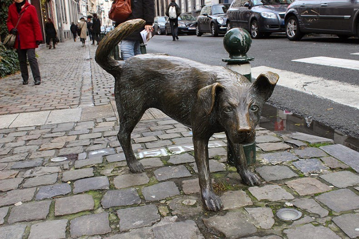 Статуя писающей дворняги появилась всего 20 лет назад.