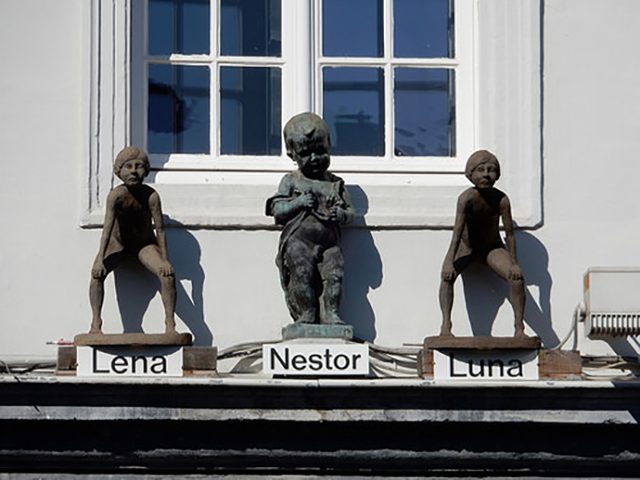 Скульптура писающих детей в Генте.