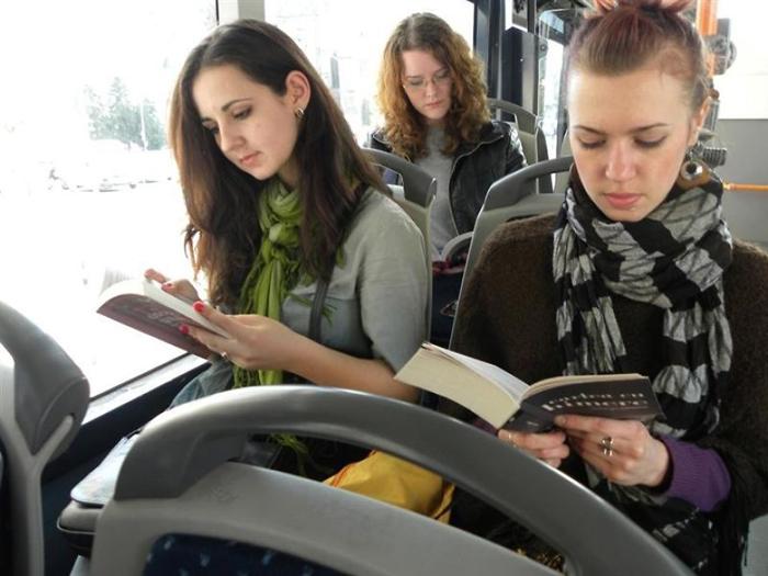 Чтение в транспорте приносит свои выгоды.