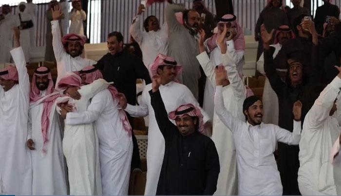 Участники радуются победе в одной из номинаций на King Abdulaziz Camel Festival.