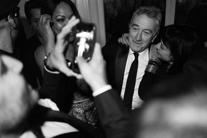 Эдраг Рамирес фотографирует Роберта Де Ниро (Robert De Niro) на премьере фильма *Каменные кулаки*.