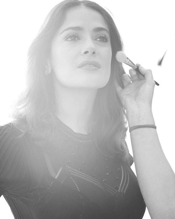 Сальма Хайек (Salma Hayek) наносит последние штрихи макияжа перед выходом на сцену.