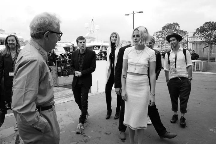 Кристен Стюарт, Вуди Аллен (Woody Allen) и Джесси Айзенберг собираются на фотосессию для своего фильма *Светская жизнь*.