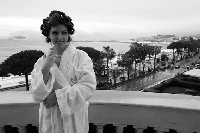 Анна Кендрик (Anna Kendrick) на балконе своего номера собирается на открытие церемонии награждения.