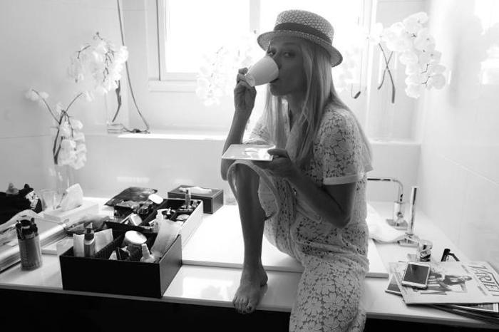 Хлое Савиньи (Chloe Sevigny) с чашкой кофе перед выступлением с речью на сцене.