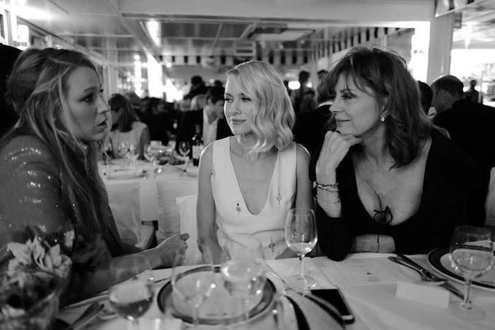 Блейк Лайвли, Наоми Уоттс и Сьюзан Сарандон за столом во время вечеринки Chanel.