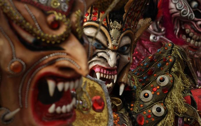Человек в маске дьявола на карнавале в Панама-Сити.