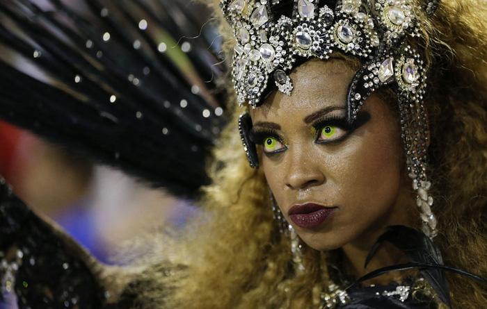 Представительница одной из школ самбы в Рио де Жанейро.