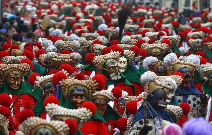 Участники фестиваля в традиционных костюмах парада Elzach, призывающих изгнать зиму. Германия.