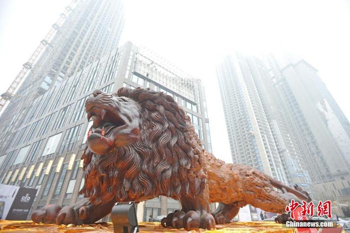 Восточного льва установили на центральной площади в Ухане.
