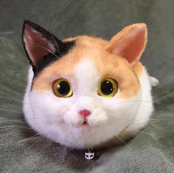 Сумка в виде трехцветной кошки.