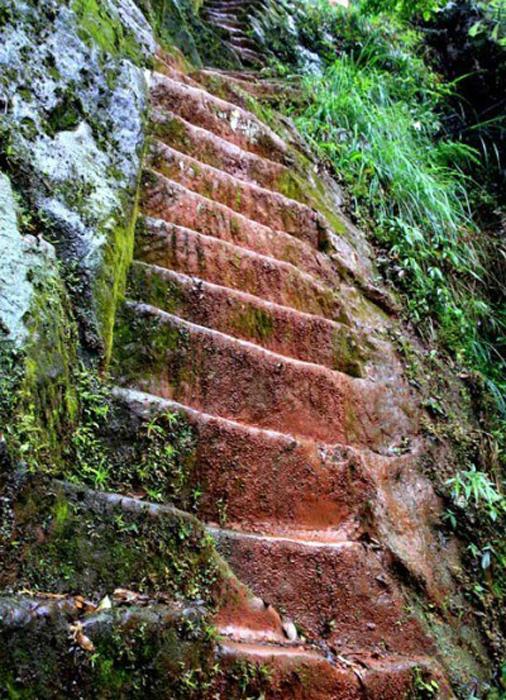 Лестница любви на крутом склоне горы.